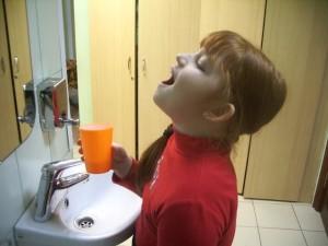 Полоскание горла раствором фурацилина